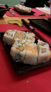Inside-Out Sushi auf einem Teller