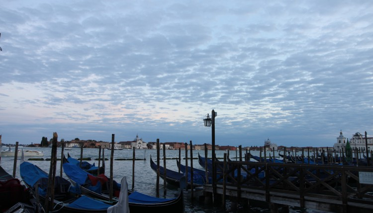 Gondeln sind in Venedig allgegenwärtig.