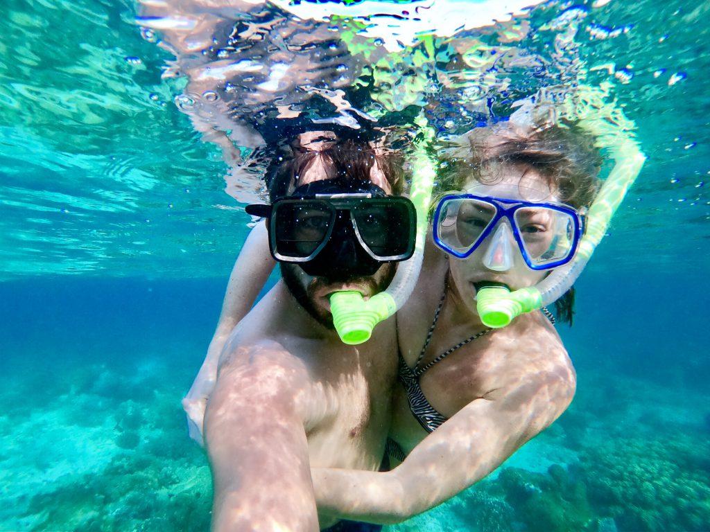 Nur mit Handgepäck reisen - Bene und Andrea unter Wasser