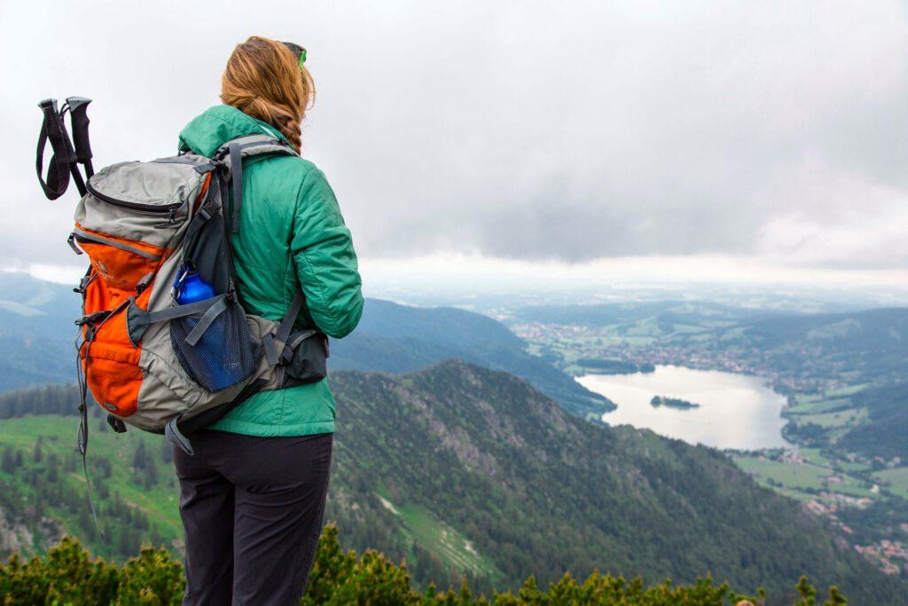Andrea genießt die Aussicht – auf der Brecherspitz im Mangfallgebirge.