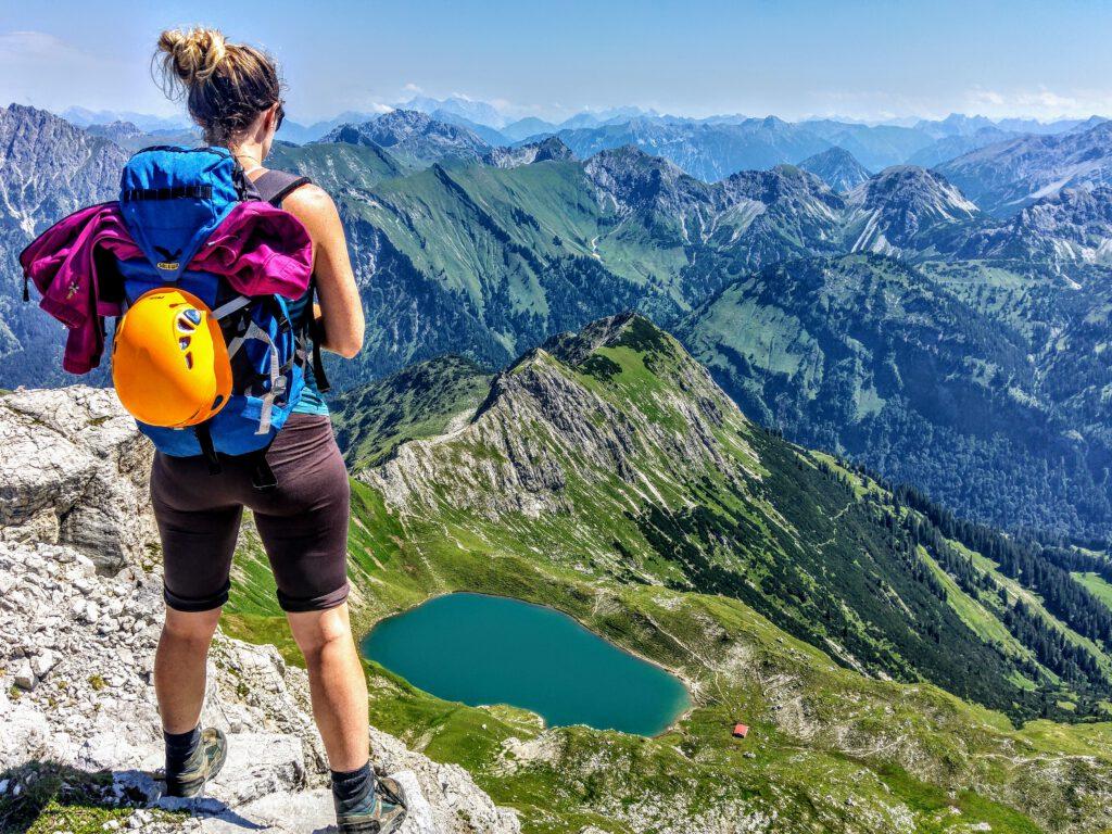 Andrea genießt die Aussicht – am Ende des Hindelanger Klettersteigs im Allgäu.