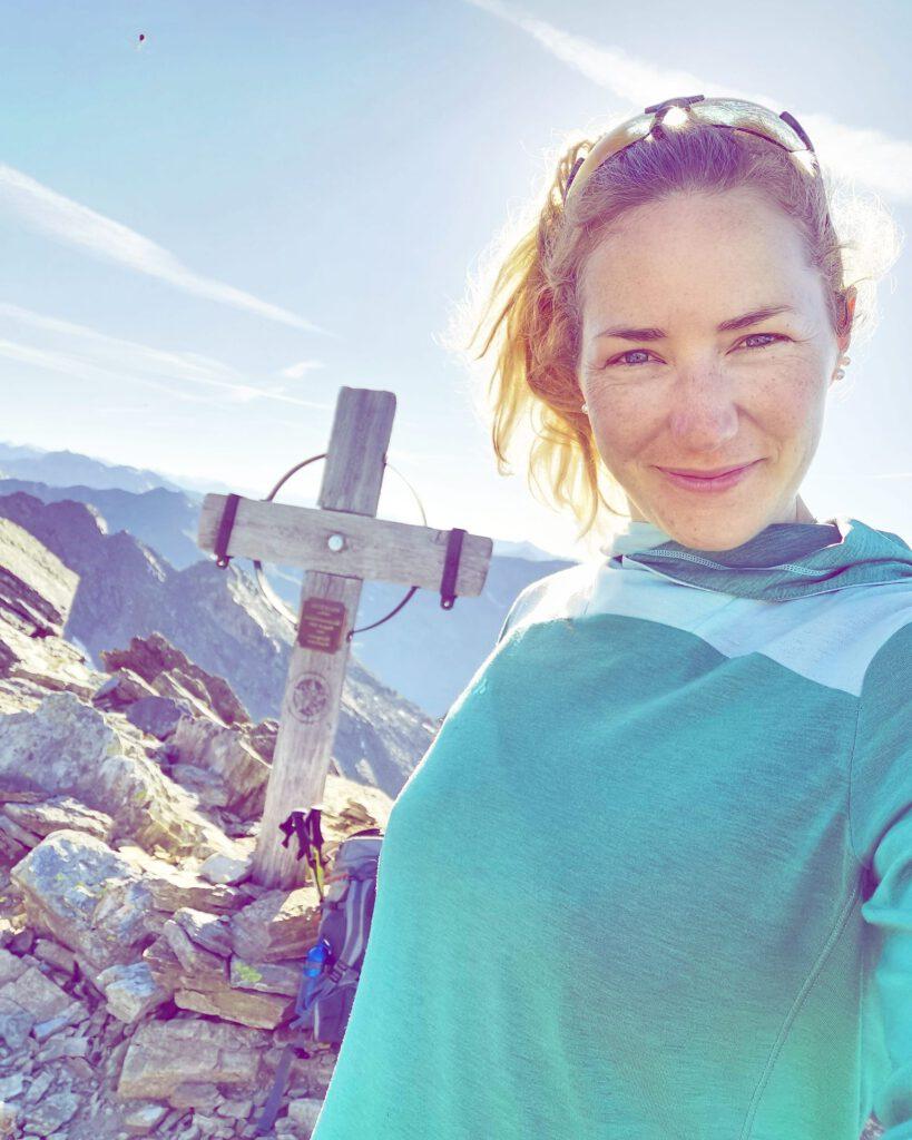 Andrea am Morgen beim 7-Summit-Trail in den Tuxer Alpen beim Traumpfad München Venedig.